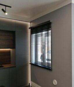 деревянные жалюзи в помещении