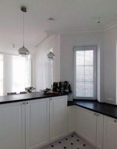 Белые горизонтальные жалюзи на кухне