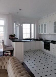 Белые горизонтальные жалюзи на к фото 2ухне