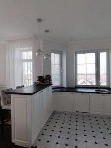 Белые горизонтальные жалюзи на кухне фото 3