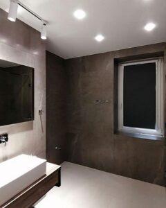 закрытая черная рулонная штора