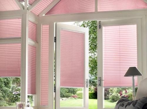 розовые шторы плиссе на нестандартном окне