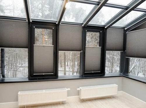 серые шторы плиссе на больших окнах