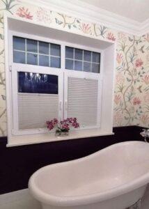 Светлые шторы-плиссе в ванной комнате фото 1