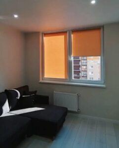оранжевые рулонные шторы в интерьере