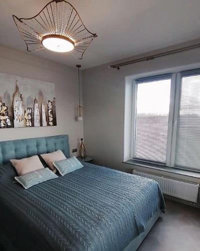 установка горизонтальных жалюзи в спальне