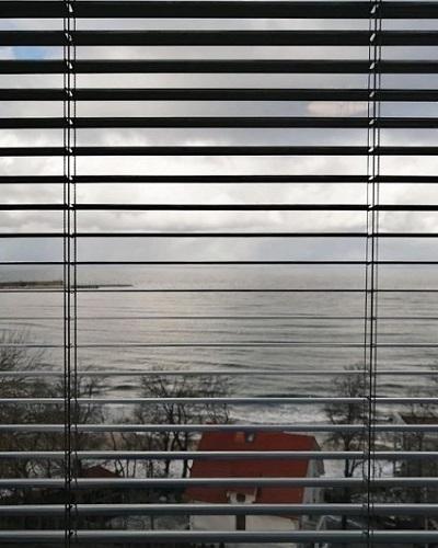 установка горизонтальных жалюзи в спальне фото 6