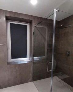 установленная рулонная штора в ванной
