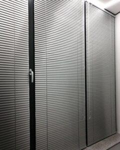 алюминиевые жалюзи в офисе фото 3